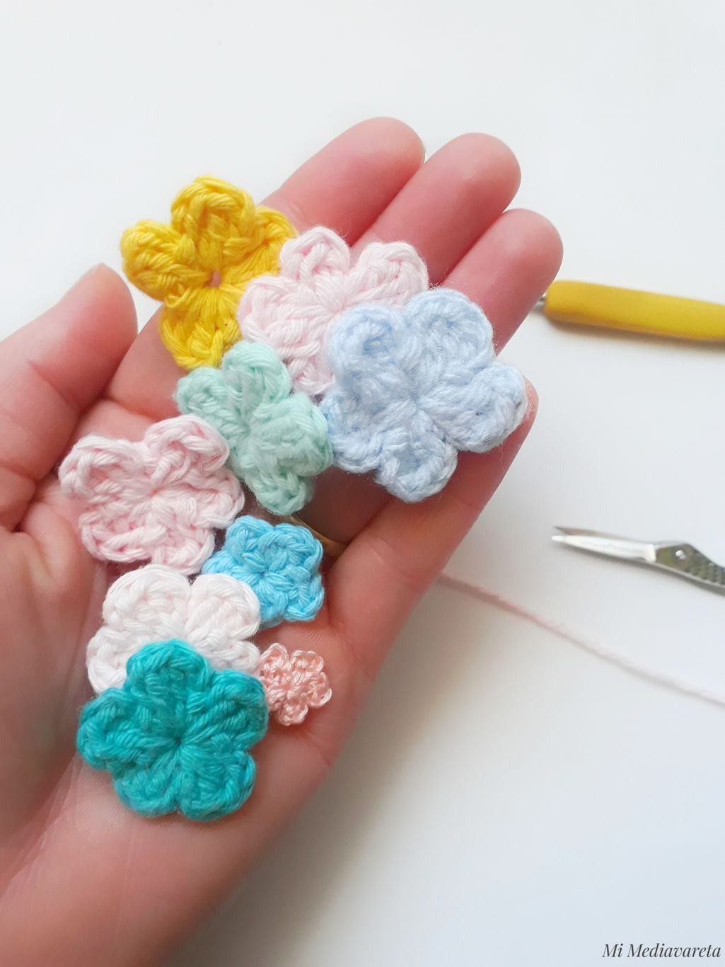 aprende a tejer unas mini flores a crochet con este paso a paso