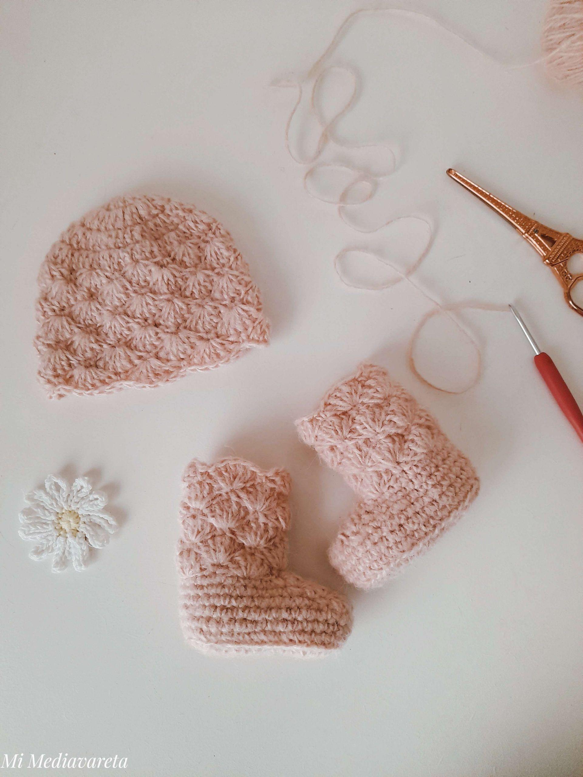 Este es un conjunto tejido para bebé a crochet