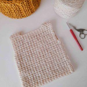 Esta es una prenda unisex para bebé tejida a crochet