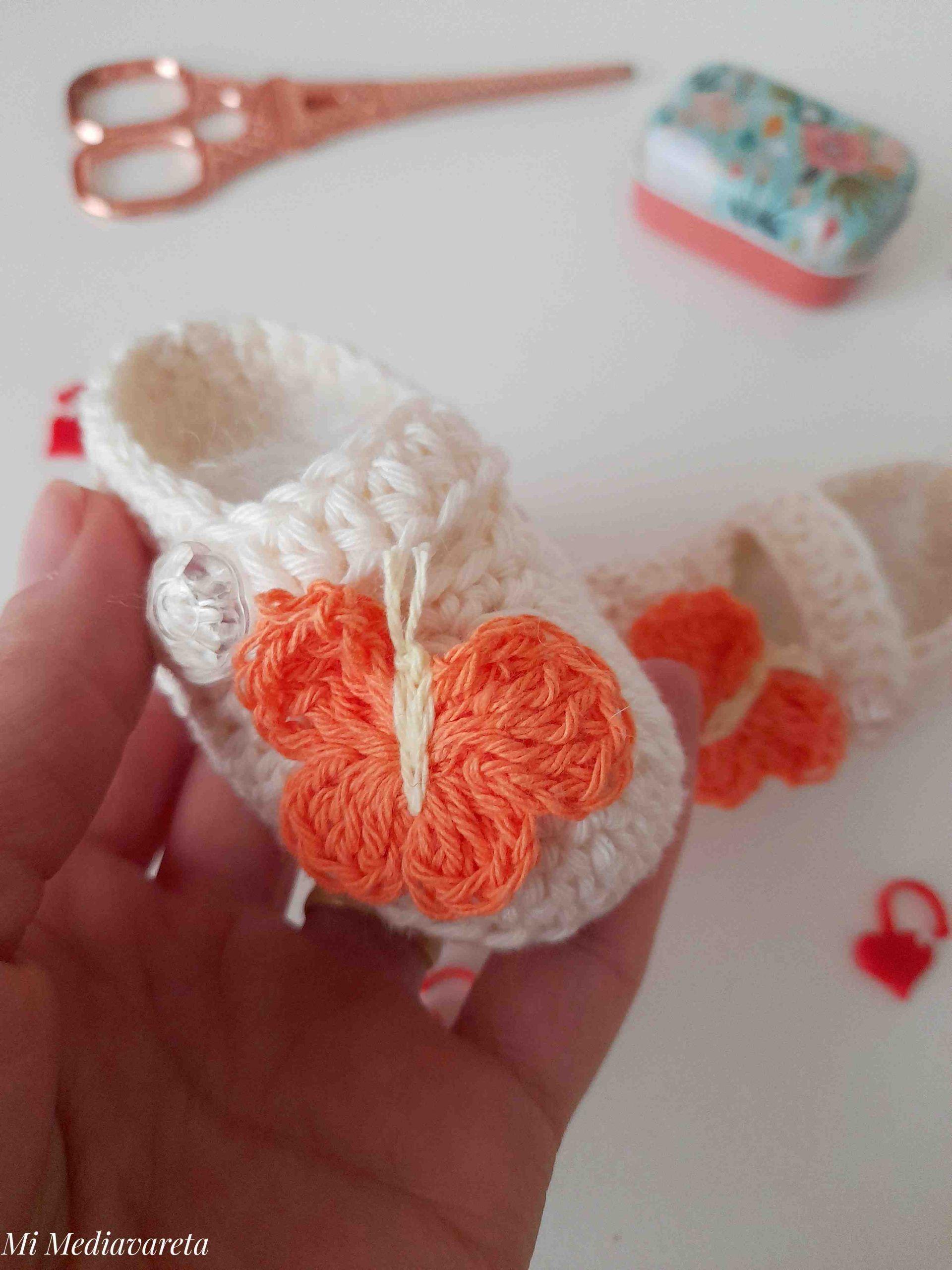 patrón zapatos con mariposa a crochet